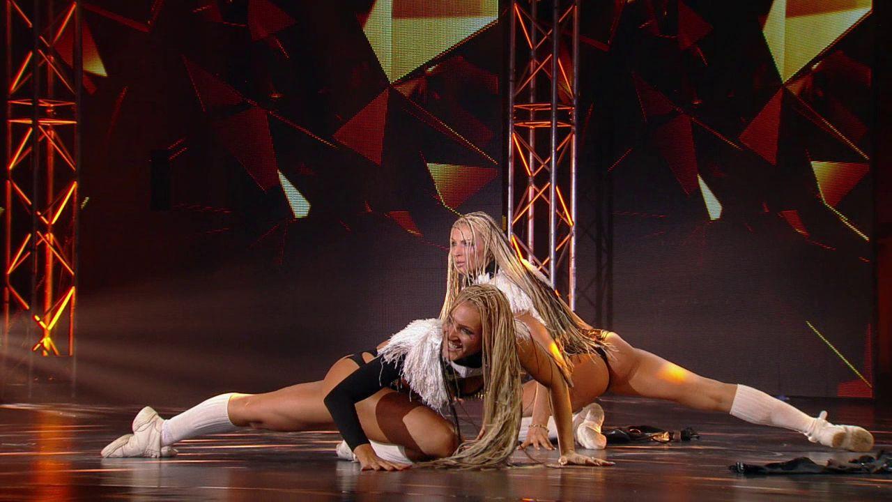 Смотреть выступление голых танцоров статья